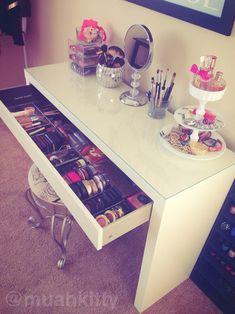 Mesa organizadora de maquiagem, com função penteadeira.
