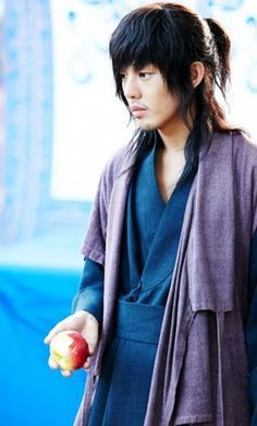 Moon Jae Shin (Yoo Ah In) - Sungkyungwan Scandal- boy he was awesome in this - very cool character and when he passed her the apple or hiccupped ! Korean Celebrities, Korean Actors, The Great Doctor, Sungkyunkwan Scandal, Watch Korean Drama, Yoo Ah In, Cute Girl Drawing, Drama Memes, Korean Star