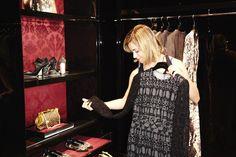 """Hoje tivemos uma """"imersão"""" no mundo Dolce&Gabbana, uma experiência muito legal e que interessante… Fomos convidadas para uma experiência única e exclusiva, descobrindo cada vez mais um pouco da historia, tradição e legado desta marca que tanto admiramos e gostamos. #mydolce Vista da sala """"couture"""" da loja do shopping JK: Rendas e florais: uma constante …"""