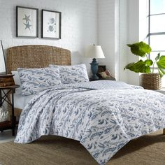Add a beautiful, stylish touch to your guest or master bedroom with this Tommy Bahama Caribbean Sea Map Quilt Set featuring a comfortable cotton construction. This quilt set has a classic style with a coastal pattern that will complement almost any decor.