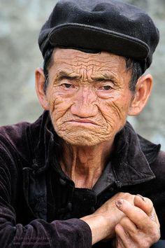 (Old Hmong) Vietnamese man Couple Senior Pictures, Unique Senior Pictures, Senior Picture Outfits, Old People Love, Vietnamese Men, The Fiery Cross, Old Faces, Unique Faces, Cultural Identity