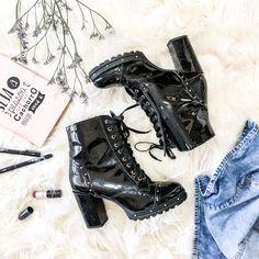 Mais fotos em @dheboradantas #bota #shoes #highheels #boots #black #verniz #moda #flatlay #tendencia