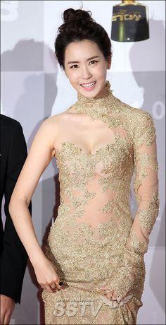 Lee Da Hae's dress is so pretty!!