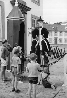 © Henri Cartier-Bresson/Magnum Photos DENMARK. Frederiksborg county. Fredensborg. 1953.  The changing of the guards at the castle, summer residence of the Royal Family.