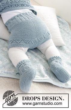 Conjunto que consiste de: Pantalón corto de punto para bebé y patucos con patrón de calados y punto musgo. Tallas prematuro – 4 años. El conjunto está tejido en DROPS BabyMerino.
