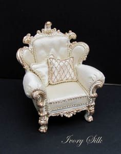 found the sight that makes this chair and other gorgeous furniture Doll House Interiors in Europe Miniature Rooms, Miniature Crafts, Miniature Furniture, Dollhouse Furniture, Fairy Furniture, Miniature Tutorials, Miniature Houses, My Doll House, Barbie Doll House