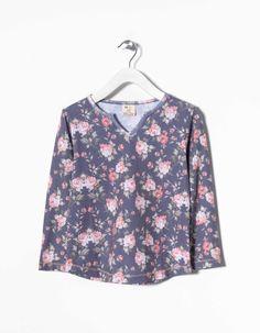 T-shirt manga comprida 100% algodão estampada e decote em V.