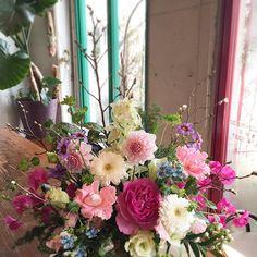 【mo2flo1wer5】さんのInstagramをピンしています。 《・ フレッシュフラワーレッスン お花屋さん花秀  グレードアップコース ・ ・ 💐2017  花屋さんでの初レッスン♪ 通常クラスより、たっぷりめの花材を使って桜の木を添えて生けていただきました💕 急な冷え込みで寒くなりましたが、お花はすっかり春を感じさせてくれました🌸 ・  #トヨコハウス#peachflower#フレッシュフラワー#フラワーアレンジメント#花屋さん#花教室#桜#バラ#スイートピー#ダリア #ブルースター》