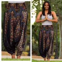 Calça Pavão | R$109 | Frete grátis | calcathai.com  Nós amamos o contraste das cores fortes na Calça Pavão preta. Vocês também? #calçathai #calçapavão #preto #cor #contraste #estampa #moda #boho #hippie #estilo #modafeminina