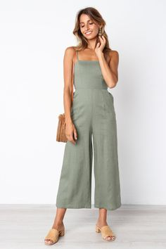 Phenomenal 20 Best And Cozy Casual Jumpsuit For Women Trend 2020 In the world of fashion, sometimes we hear fashion terms that don't understand their meaning. Among these are the terms jumpsuit and overall. Not a fe. Jean Vintage, Moda Vintage, Jumpsuit Outfit, Casual Jumpsuit, Summer Jumpsuit, Summer Outfits, Casual Outfits, Fashion Outfits, Womens Fashion