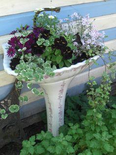 Pedestal Sink Turned Into Decorative Planters - Unique Balcony & Garden Decoration and Easy DIY Ideas Garden Whimsy, Garden Art, Garden Design, Garden Sheds, Garden Sink, Garden Planters, Glass Garden, Balcony Garden, Decorative Planters