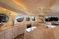 Casa de los Picapiedra,  deberías considerar la comprar de estas lujosa mansión de la edad de piedra.