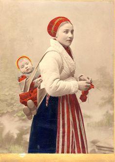 En kvinna med en baby på ryggen. Leksand, Sweden. Cultural Crafts, Folk Clothing, Women In History, Family History, Folk Fashion, Folk Costume, Vintage Photographs, Baby Wearing, Cute Designs