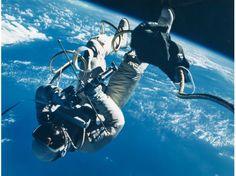 Ed White effectuant la première sortie dans l'espace d'un astronaute américain, lors la mission Gemini 4, en juin 1965. La photo a été prise depuis l'intérieur du vaisseau par le commandant de la mission James McDivitt. Cette image appartient à l'album personnel de White, dont le prix est estimé à environ 12.000 euros.