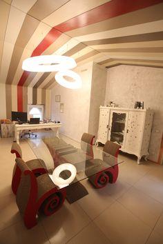 Arredamento Carton Factory per Cubi e Perina.   Tavolo Floyd Rosso + Sedie Chiocciola Rosse.  #cardboard #style #ecodesign #cartonfactory