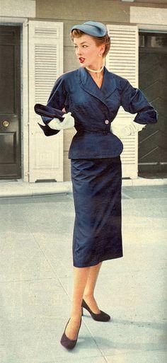 Ein tolles dunkelblaues Kostüm aus den 50er Jahren. Nur die Ärmel sind mir etwas zu weit. Merke: Im Zweifel Perlenkette!