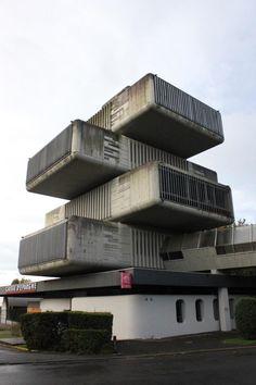 Kantoor uit de jaren 70 van de Franse bank Caisse d'Epargne in Pau van architect Jean-Pierre Boulin. Het onzinnige argument van transparantie in de organisatie en de architectuur was in die dagen nog geen issue.