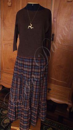 Saia de algodão xadrez inspirada na combinação da saia de Huldremose com saias folk modernas em camadas e blusa feita em linho inspirada na Blusa da Garota de Egtved.