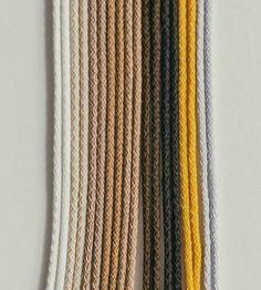 Macramé voor Beginners: Macramé Basis Knopen + Tips & Tricks Macrame Wall Hanger, Macrame Hanging Planter, Woven Wall Hanging, Tips And Tricks, Boho Diy, Boho Decor, Paracord, Diy Crochet And Knitting, Diy Braids
