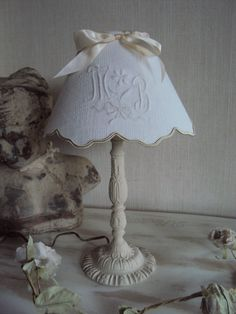 Lampe et son abat jour monogramme Lampshades, Shabby Chic Diy, Shabby Chic Lamps, Diy Inspiration, Diy Decor Crafts, Lamp, Lights Fantastic, Shabby Chic Nightstand, Painted Table