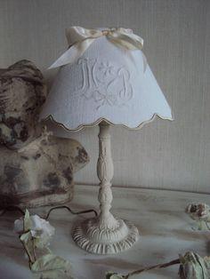 Lampe et son abat jour monogramme