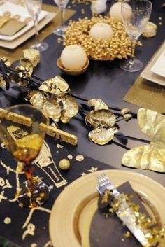 All That Glitters New Year's Eve Fest: Gold Holiday Color & Decor Gold Christmas, Christmas Design, Christmas And New Year, Fiesta Party Decorations, New Years Decorations, Table Decorations, Frankfurt, New Year Table, Formal Dinner