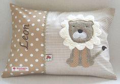 Namenskissen 25x35 mit Löwe auf beige von Baby-Glueckspilz-Shop auf DaWanda.com