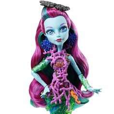 Monster High - Posea Monstruita de las Profundidades, una muñeca que se mantiene de pie por si sola y con partes que brillan en la oscuridad. Posea Reef, hija de Poseidón, tiene la piel azulada y luce una bonita melena morada. Su cuerpo está lleno de detalles marinos como trozos de coral y algas, y ¡los peces que tiene enredados en su cola brillan en la oscuridad! Lo que hace a Posea Reef Buu-única es que sabe mucho sobre ¡muchas cosas!