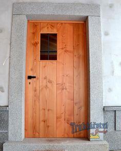 Vstupní dveře v moderním stylu, fošnové, s okénkem, černý kříž a hranatá klika, douglaska, drásané, nátěr olejem Osmo. #dvere #vstupni #vchodove #drevo #masiv #douglaska #borovice #moderni #styl #okenko #sklo #kriz #figuralni #kresba #cernaklika #hranata #zamek #vicebodovy #drasane #osmo