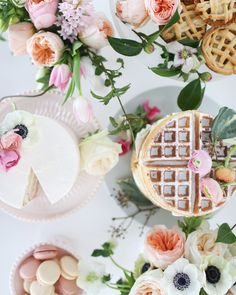 Entertaining with a waffle tower & cake - yum! Brunch Table, Brunch Party, Brunch Wedding, Easter Brunch, Diy Party Food, Diy Party Decorations, Sushi, Pancake Party, Low Carb Burger