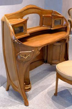 Mobilier Art nouveau (Hector Guimard, 1909-1912) provenant de la chambre de l'hôtel Guimard (Paris, 122 avenue Mozart). Musée des beaux-arts de Lyon.?