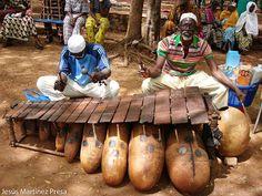 Una foto de Mali: Músicos tocando el balafón