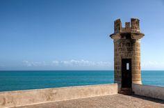 """""""Castillo de San Carlos (Nueva Esparta)"""". El castillo esta situado en la playa frente a la Bahía de Pampatar en lo que se puede considerar el centro histórico de Pampatar . Su objetivo, junto con el Fortín La Caranta, ubicado al otro lado de la bahía, era el de proteger, con su fuego cruzado, el puerto y la aduana de los corsarios y piratas de la época"""