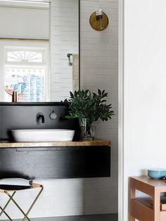 Já falamos aqui, algumas vezes, que a decoração do lavabo deve ser pensada como um cartão de visitas da sua casa. Geralmente, é o banheiro usado pelos conv