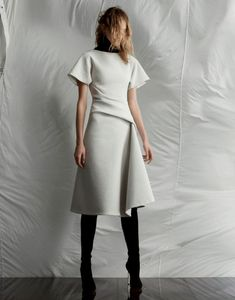 Minimalista Simple clean lines that makes an understated modern statement. Fashion Mode, Work Fashion, Fashion Looks, Womens Fashion, Fashion Design, Beautiful Outfits, Cool Outfits, Mode Inspiration, Dress Me Up