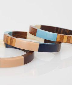 Pour une allure digne d'un safari chic, adoptez ce magnifique lot de 3 bracelets en bois et résine! On aime: - le mix des couleurs