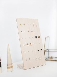 This is a super brilliant jewelry stand for earrings l DIY Earring Stand . - This is a super brilliant jewelry stand for earrings l DIY Earring Stand … – - Pot Mason Diy, Mason Jar Crafts, Diy Organizer, Jewelry Organization, Stud Earring Organizer, Earring Display, Jewellery Display, Wood Jewelry Display, Jewellery Diy