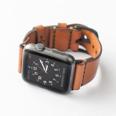 Give your Apple watch a vintage feel with this stylish leather strap by Bexar Goods, a small team of craftsmen based in Bexar County, Texas. Crafted from 4 ounce American Bridle Leather, the elegant watch strap is saddle stitched and ages beautifully Best Apple Watch, Apple Watch Iphone, Apple Watch Faces, Apple Watch Models, Apple Watch Series 1, Apple Watch Leather Strap, Leather Watch Bands, Elegant Watches, Mode Vintage