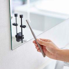 吸盤で簡単設置!置き方を選べる便利な「吸盤タンブラー&ハブラシスタンド ヴェール タンブラー付」のご紹介です。 . うがい・歯磨きとタンブラーは必需品。衛生的に使用するには干し方は重要ですよね。 このスタンドはタンブラーを逆さに干すので乾きやすく衛生的。 洗面台の上とミラーなどの壁面の吸盤がくっつく場所に簡単に設置できる便利なアイテムです。 . スタイリッシュなデザインのタンブラーとセットになっているので生活感を余り出す事なく洗面所で収納することが出来ます。 壁面使用の際は付属の歯ブラシフックを付ければ同時に歯ブラシも収納することができます。 簡単に分解してお手入れできるのも衛生的にお使いいただけるポイントです。 . ■SIZE 壁面使用時:約W4×D4.5×H14cm 吸盤使用時:約W4.5×D2×H13cm タンブラー:約W7×D7×H9.5cm ■耐荷重 スタンド:約50g 歯ブラシフック:約25g…