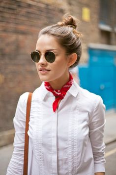 white shirt and red bandana. Outfits Camisa Blanca, Outfits Mujer, Model Street Style, Street Style Women, Womens Fashion Casual Summer, Teen Fashion, Bandana Styles, Red Bandana, Estilo Fashion