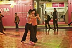 #TANGO Pareja de Mujeres, bailando en la  pista auxiliar -no competitiva- del Festival y Mundial de Tango 2013, Buenos Aires, Argentina.