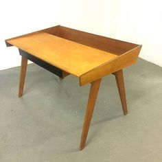 Bald auf www.19west.de: ein modernistischer Schreibtisch aus den 1950er Jahren. #19west #vintage #retro #desk #design #modern #modernist #midcenturymodern #furniture #furnituredesign #fifties #interior