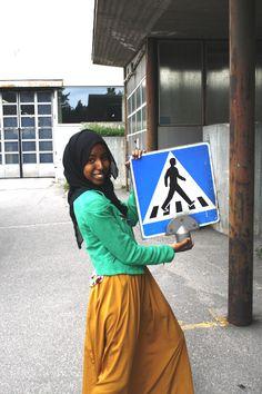 Lavastuksena käytettyjä liikennemerkkejä ja Fatima. Kuva: Krista Määttä/Fatima Salah