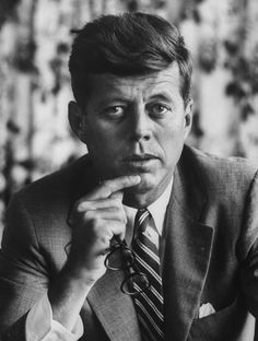 How to dress like the John F Kennedy, the man who mastered relaxed confidence and laid-back sophistication. John Kennedy, Les Kennedy, Senator Kennedy, Steve Jobs, Marie Curie, James Dean, Audrey Hepburn, Celebridades Fashion, Familia Kennedy
