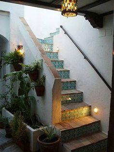Portugese tegels vrolijken je trap op.