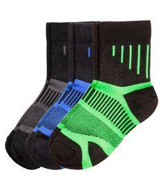 Calcetines ligeros de deporte en tejido funcional de secado rápido. Caña ligeramente alta de canalé. Sin forrar.