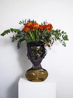 Da fotografo a vetraio afiorista, Hugh Findletar è un artista dalle mille definizioni. Ha creato, FlowerHeadzin collaborazione con la vetreria muranese Zanetti, delle sagome di busti umani in vet…