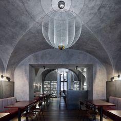 Gegen Ende des letzten Jahres wurde in Prag nach den Plänen von Studio Formafatal, in einem alten Stadthaus ein gemütlicher und einladender Platz für das Testen guter Weine eröffnet. Das Gebäude in der Prager Altstadt ist renoviert und auf der Fassade sind noch Reste der ehemaligen Sgraffiti der Renaissancezeit zu sehen. So wirkt auch der Name des Lokals ganz authentisch: Autentista Wine Bar.    Foto: BoysPlayNice Bar Interior, Interior Concept, Interior Design Studio, Lokal, World Of Interiors, Luz Led, Cozy Place, Strip Lighting, Old Town