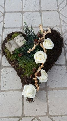 Pflanzschalen - Grabgesteck, Grabaufleger, Herz, Trauerfloristik, - ein Designerstück von Die-Deko-Idee bei DaWanda Cemetery Flowers, Sympathy Flowers, Funeral Flowers, Ikebana, Lawn And Garden, Grapevine Wreath, Grape Vines, Flower Designs, Paper Flowers