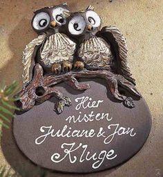 """Individuell beschriftetes Keramik Türschild """"Eulenpaar"""". Wetterfestes Namensschild, handbemalt und zeitlos. Die Eulen sind detailgetreu von Hand modelliert."""